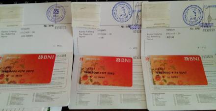 Nasabah Bank Sampah Murtigading Lestari Menerima ATM Sampah