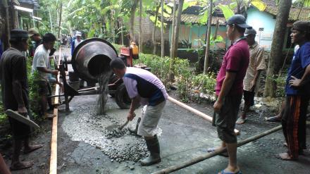 Pengecoran Jalan Pedukuhan Kurahan I Desa Murtigading