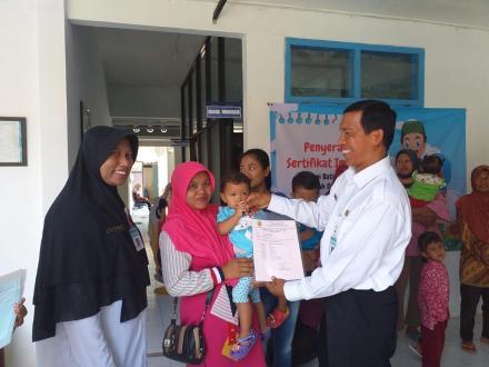 Penyerahan sertifikat imunisasi balita oleh camat Sanden