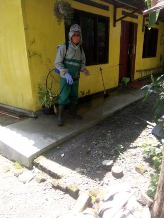 Penyemprotan Disinfektan di Lingkungan Peciro DK XVII RT 002