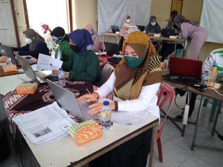 Kader PKK dan Staff Kalurahan membantu pelaksanaan Vaksinasi massal